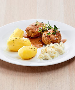 Kjøttkaker med kokte poteter, kålstuing og brun saus