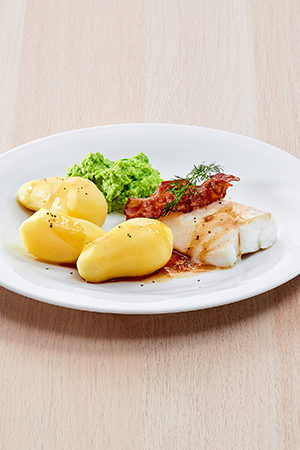 Skei med kokte poteter, sprøstekt bacon og ertepure